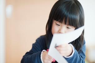 ハサミで切る女の子の写真素材 [FYI01340114]