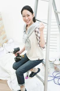 電動ドリルを持つ女性の写真素材 [FYI01340260]
