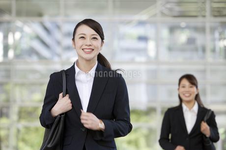 2人のビジネスウーマンの写真素材 [FYI01340288]