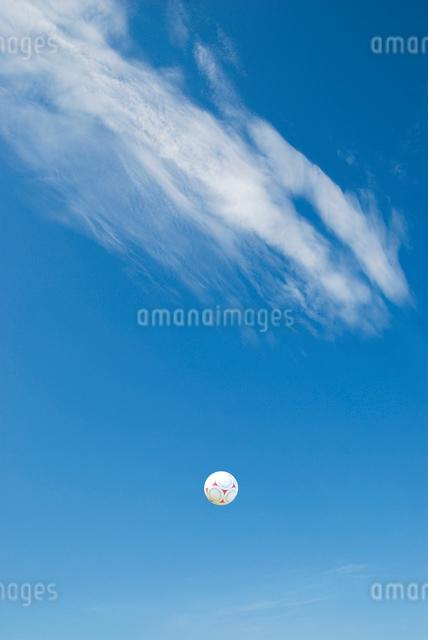 青空にサッカーボールの写真素材 [FYI01340394]
