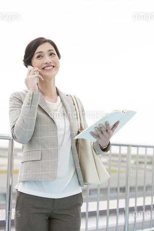 電話をするビジネスウーマンの写真素材 [FYI01340397]