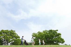 土手を歩く5人家族の写真素材 [FYI01340506]