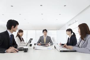 会議をするビジネスマンとビジネスウーマン5人の写真素材 [FYI01340535]