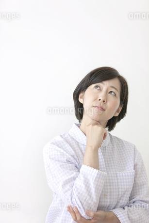 頬杖をつく中高年女性の写真素材 [FYI01340554]