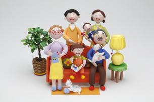 リビングに集合する家族の写真素材 [FYI01340780]