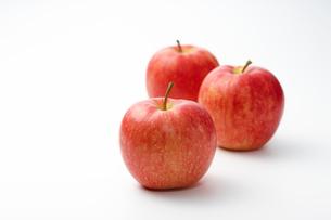3つの赤いりんごの写真素材 [FYI01340797]