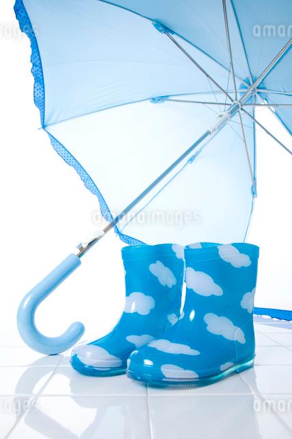 子供の長靴と傘の写真素材 [FYI01341076]