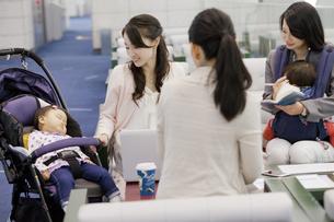 子連れでミーティングをする女性の写真素材 [FYI01341127]