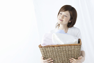 洗濯かごを持つ女性の写真素材 [FYI01341275]