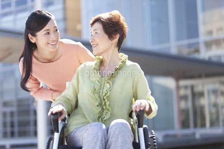 車いすに乗る祖母と娘の写真素材 [FYI01341398]