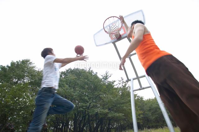 バスケットボールをする若者達の写真素材 [FYI01341502]