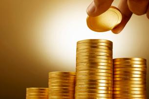 詰まれた金に輝く沢山のコインの写真素材 [FYI01341640]