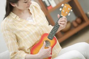 ウクレレを弾く女性の写真素材 [FYI01341706]