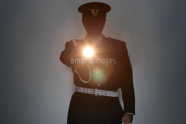 ライトを持つ警備員の写真素材 [FYI01341929]