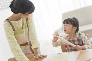 クッキーを作る女の子と母親の写真素材 [FYI01341948]