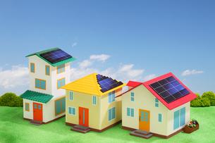 太陽光発電の住宅街の写真素材 [FYI01342591]
