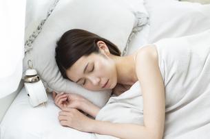 眠っている女性の写真素材 [FYI01342834]