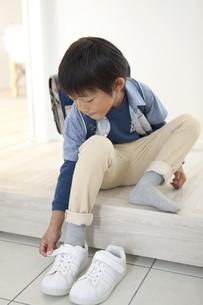 靴を履く男の子の写真素材 [FYI01342878]