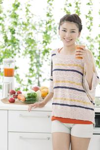 野菜ジュースを持つ女性の写真素材 [FYI01342948]