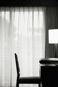 スタンドライトのあるワークデスクと椅子の写真素材 [FYI01342994]