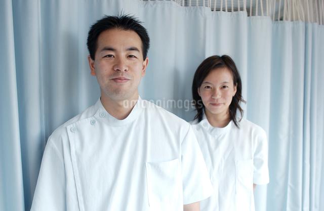 白衣の日本人女性と男性の指圧師の写真素材 [FYI01343033]
