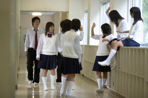 廊下で休憩する中学生の写真素材 [FYI01343081]