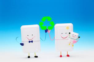 リサイクルマークと発泡スチロールの親子の写真素材 [FYI01343086]