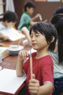 絵筆を持つ男の子の写真素材 [FYI01343176]