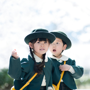 桜並木と2人の幼稚園児の写真素材 [FYI01343219]