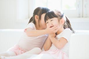 ひそひそ話をする二人の女の子の写真素材 [FYI01343233]