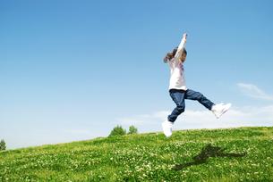ジャンプする女の子の写真素材 [FYI01343265]