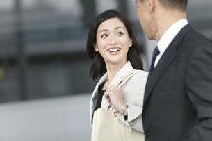 笑顔で話すビジネスウーマンの写真素材 [FYI01343329]