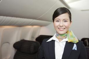 機内で笑顔のキャビンアテンダントの写真素材 [FYI01343364]