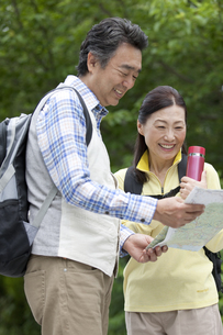 地図を見ている中高年夫婦の写真素材 [FYI01343367]