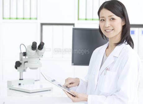 微笑む女性研究員の写真素材 [FYI01343369]
