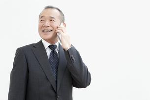 スマートフォンで通話するビジネスマンの写真素材 [FYI01343472]