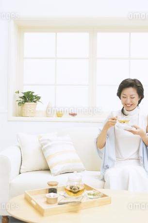紅茶を飲む女性の写真素材 [FYI01343717]
