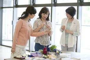 ハンドメイドアクセサリーを見ている中高年女性3人の写真素材 [FYI01343929]