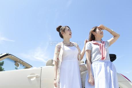 遠くを眺める女性2人の写真素材 [FYI01343930]