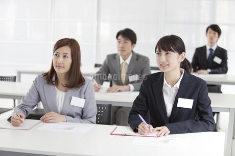 研修を受けるビジネスマンとビジネスウーマン4人の写真素材 [FYI01343960]