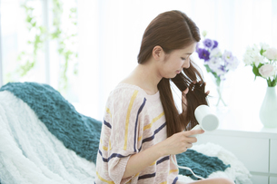 ドライヤーで髪を乾かす女性の写真素材 [FYI01343964]