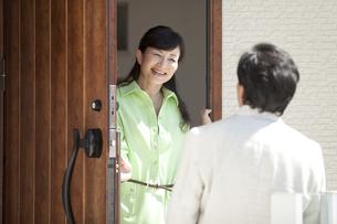 帰宅する男性と出迎える女性の写真素材 [FYI01344303]
