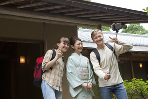 写真撮影する外国人カップルと日本人女性の写真素材 [FYI01344601]