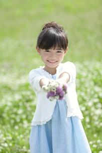 花束を差し出す女の子の写真素材 [FYI01344685]