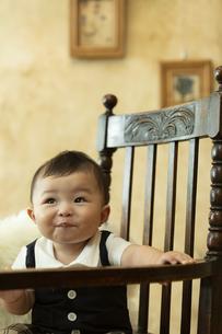 いすに座る赤ちゃんの写真素材 [FYI01344731]