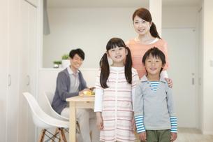 笑顔の家族の写真素材 [FYI01344740]