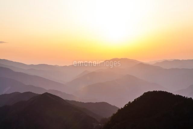 玉置神社から見た山々の夕景の写真素材 [FYI01344746]