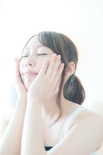 スキンケアをする女性の写真素材 [FYI01344816]
