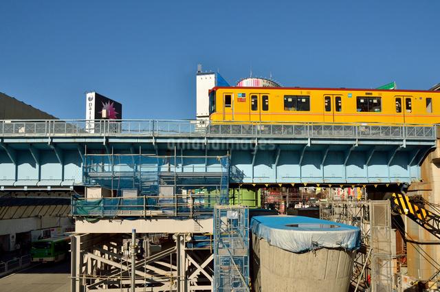 渋谷駅街区開発エリアを走る銀座線の写真素材 [FYI01344909]