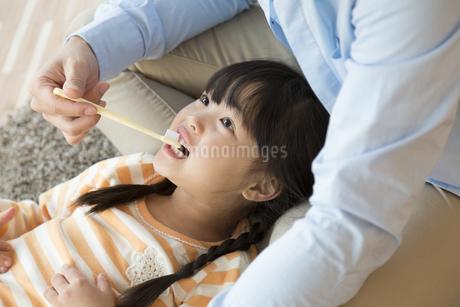女の子の歯磨きをしてあげる父親の写真素材 [FYI01344967]